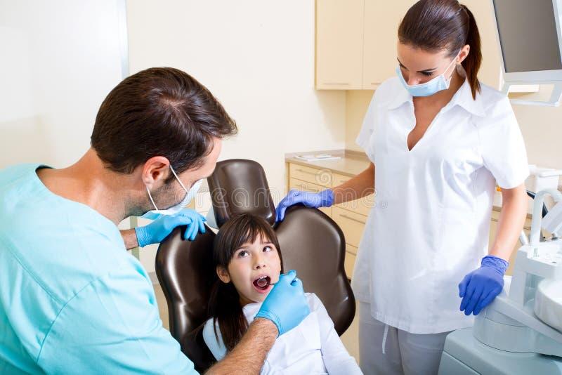 Download Mała Dziewczynka Przy Dentystą Obraz Stock - Obraz złożonej z spotkanie, egzamin: 57652221