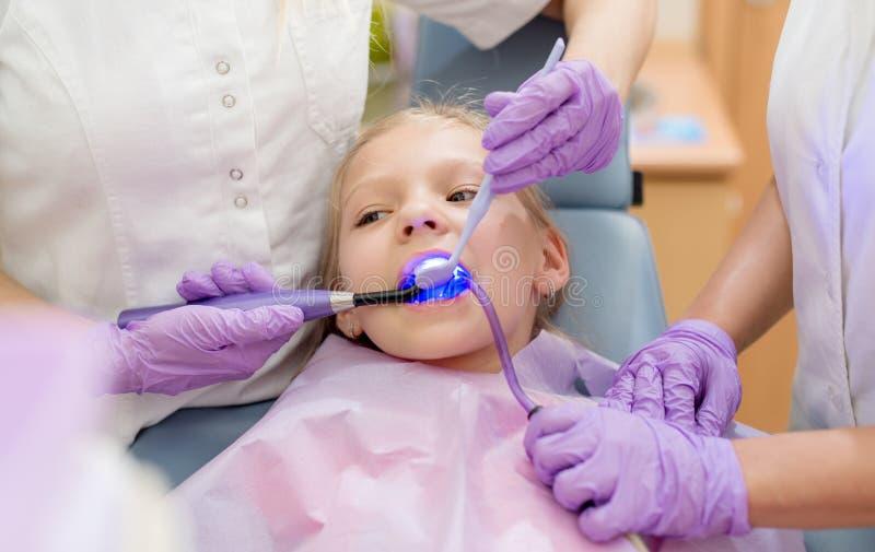 Mała Dziewczynka przy dentystą zdjęcie royalty free