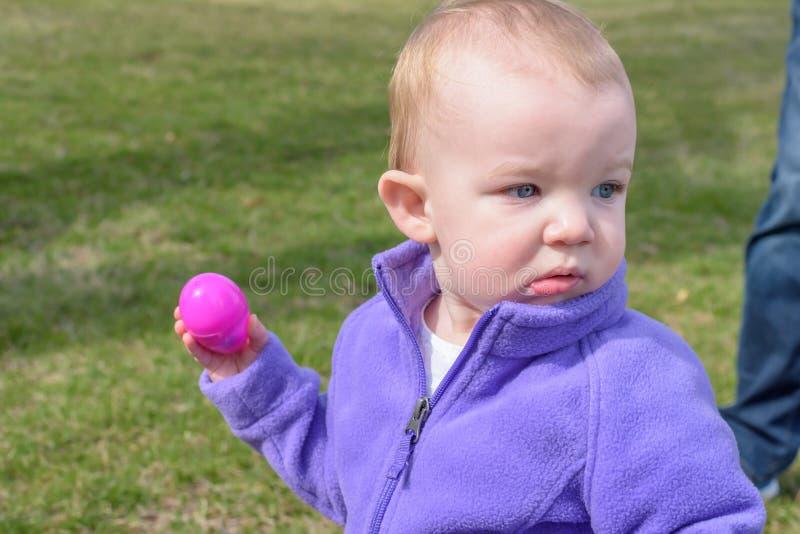 Mała dziewczynka przy Easter jajka polowaniem obraz stock