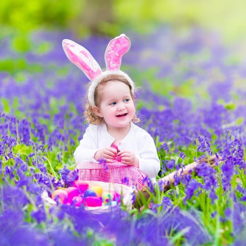 Mała dziewczynka przy Easter jajka polowaniem obrazy royalty free