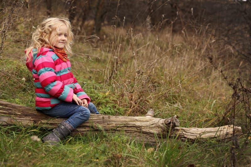 Mała dziewczynka przy lasem zdjęcie stock