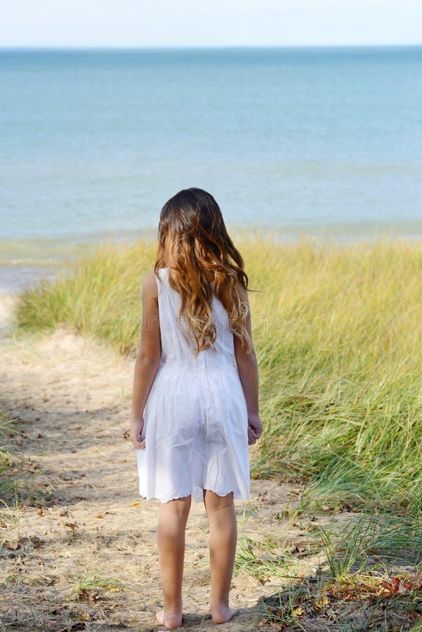 Mała dziewczynka przy oceanem obrazy stock
