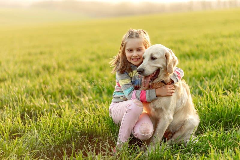 Mała dziewczynka przytulająca pięknego psa zdjęcie royalty free