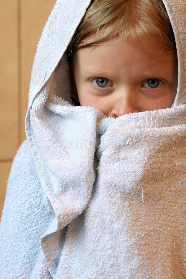 Mała Dziewczynka Ręcznik Zdjęcia Royalty Free