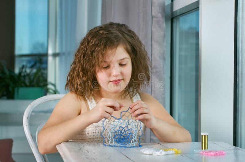 Mała dziewczynka robi biżuterii obrazy stock
