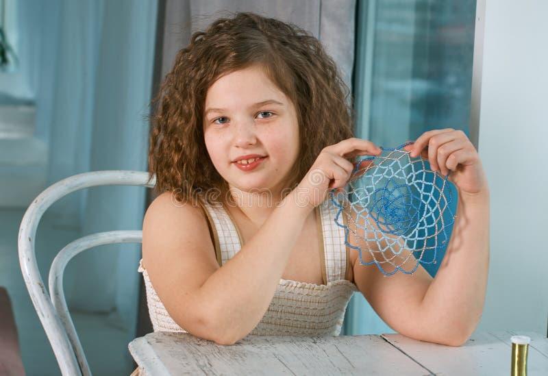 Mała dziewczynka robi biżuterii fotografia stock