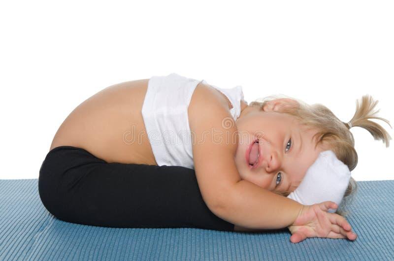 Mała dziewczynka robi gimnastykom obraz stock