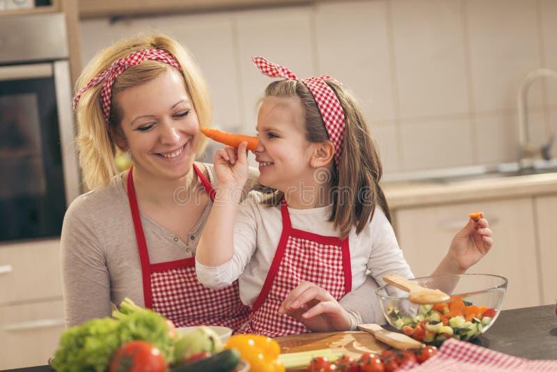 Mała dziewczynka robi marchwianemu nosowi zdjęcie stock