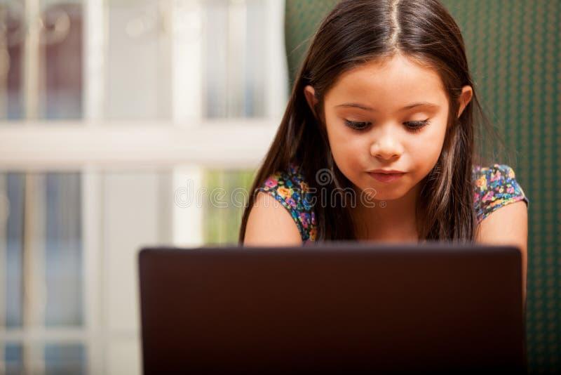 Mała dziewczynka robi niektóre pracie domowej zdjęcie stock