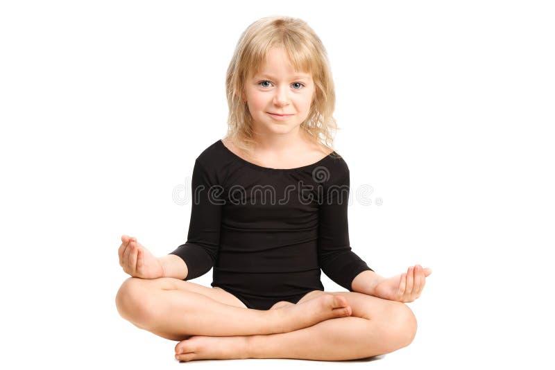 Mała dziewczynka robi relaksującej pozie joga zdjęcia royalty free