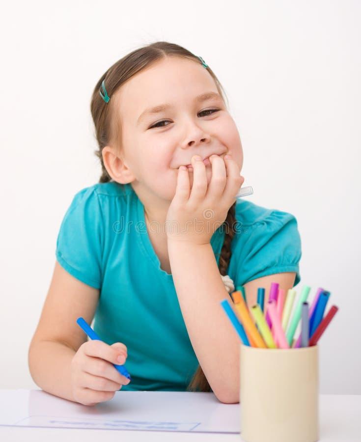 Mała dziewczynka rysuje używać ołówek fotografia stock