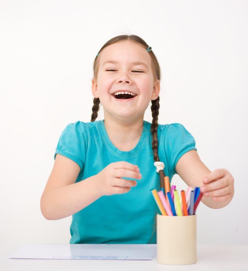 Mała dziewczynka rysuje używać ołówek obraz royalty free