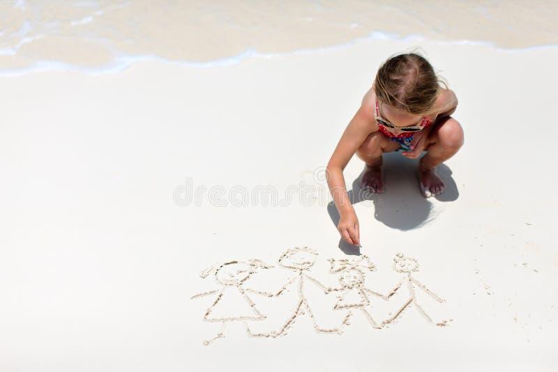 Mała dziewczynka rysunek przy plażą obraz royalty free