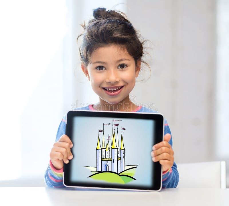 Mała dziewczynka seansu kasztel na pastylka komputeru osobistego ekranie zdjęcie royalty free