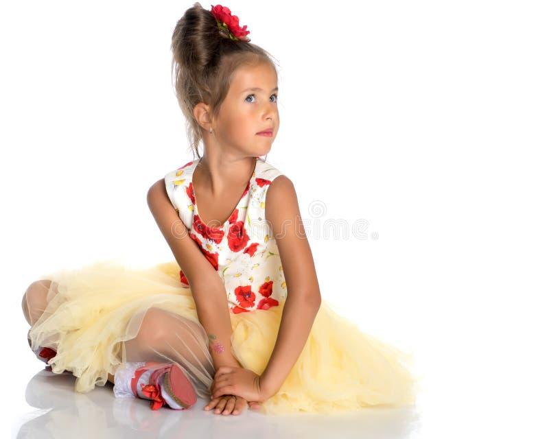 Mała dziewczynka siedzi na podłoga obraz stock