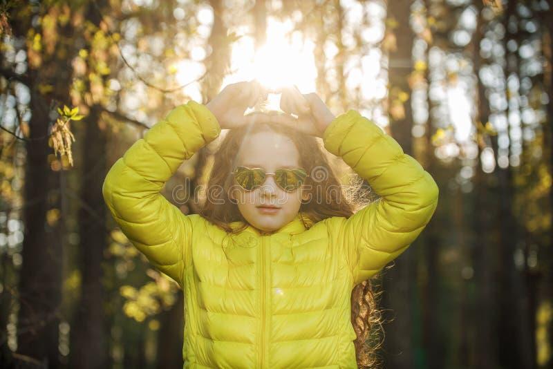 Mała dziewczynka składał ona ręki serce kształtujący obraz stock