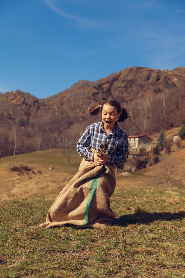 Mała dziewczynka skacze z mnóstwo grulami fotografia royalty free