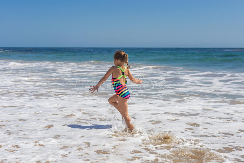 Mała Dziewczynka Skiping przy plażą obrazy stock
