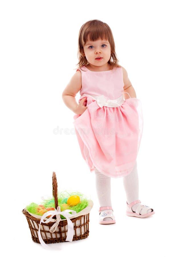 Mała dziewczynka stoi blisko kosza zdjęcie stock