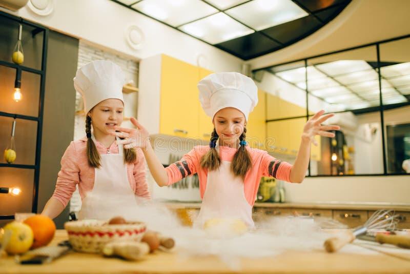 Mała dziewczynka szefów kuchni przygotowany ciasto, śmieszni piekarzi zdjęcia royalty free
