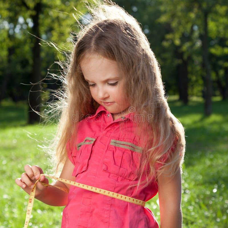 Mała dziewczynka target1_0_ jej talię zdjęcie royalty free