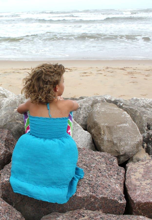 Mała Dziewczynka TARGET702_0_ przy Ocean obraz stock
