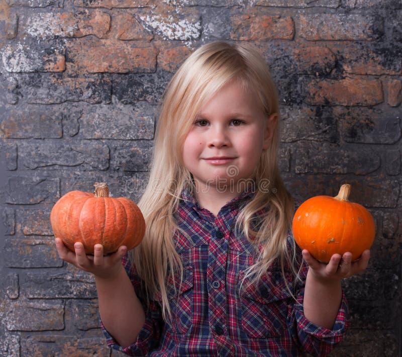 Mała dziewczynka trzyma dwa małej bani w szkockiej kraty koszula zdjęcia stock