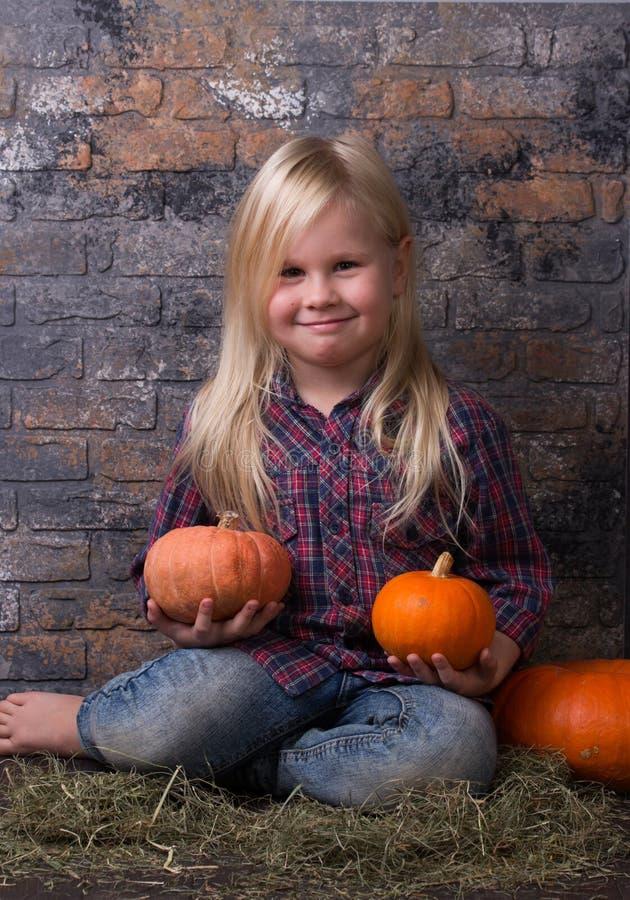 Mała dziewczynka trzyma dwa małej bani w szkockiej kraty koszula fotografia royalty free
