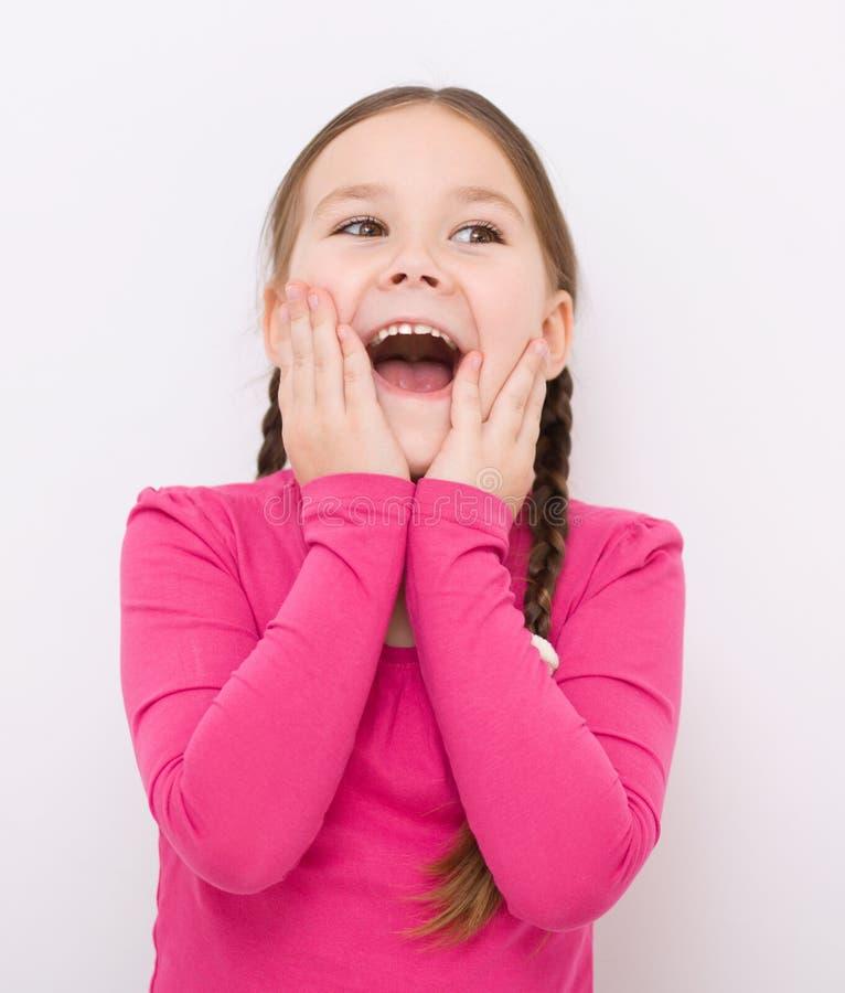 Mała dziewczynka trzyma jej twarz obraz royalty free