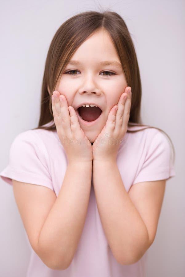 Mała dziewczynka trzyma jej twarz obraz stock