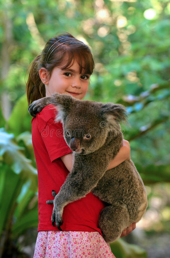 Mała dziewczynka trzyma koali obrazy royalty free