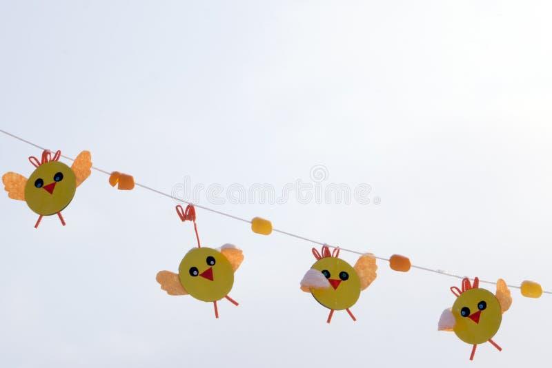 Mała dziewczynka trzyma wielkanocy papierową girlandę barwioni kurczaki zdjęcia royalty free