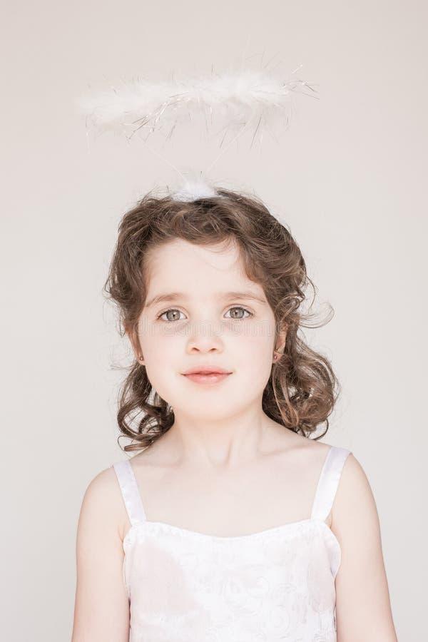 Mała Dziewczynka Ubierająca Jako anioł fotografia stock