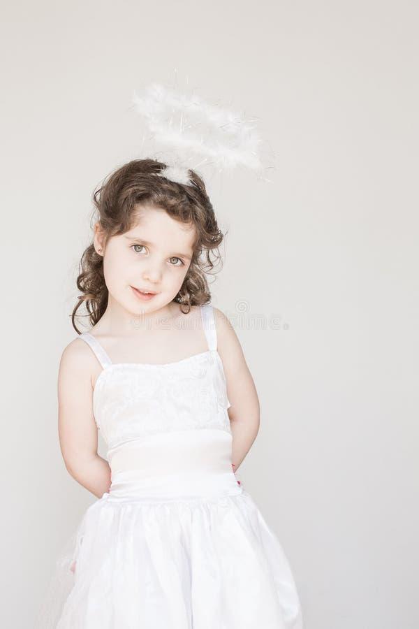 Mała Dziewczynka Ubierająca Jako anioł obraz stock