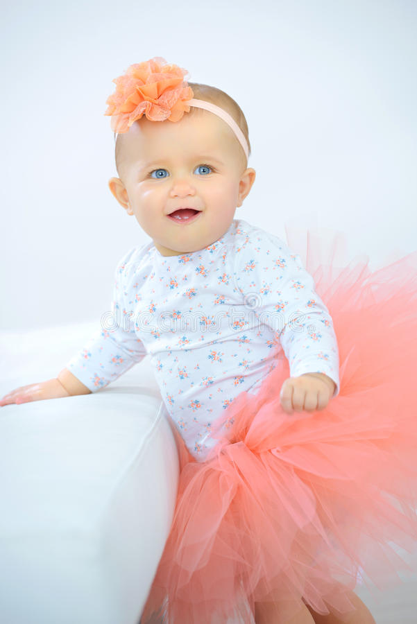 Mała dziewczynka ubierająca w spódniczce baletnicy obrazy royalty free