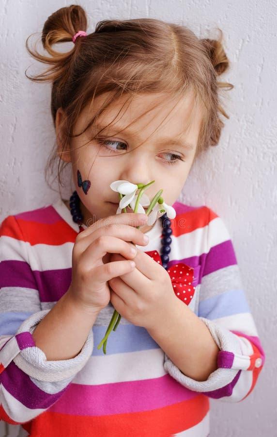 Mała dziewczynka wącha śnieżyczki obraz royalty free