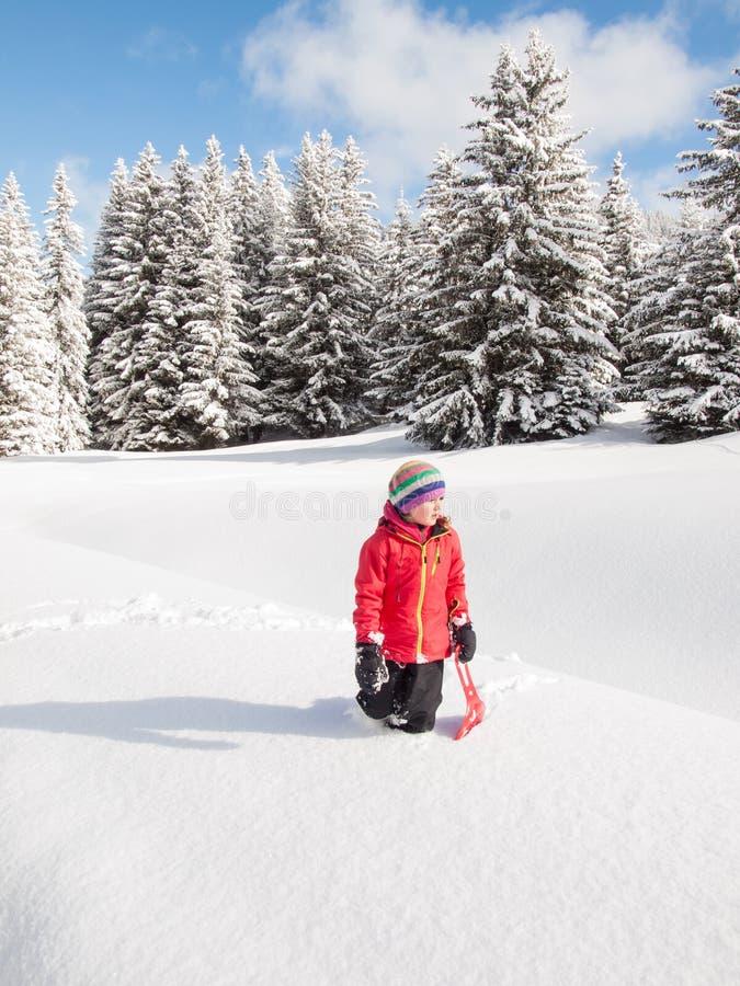 Mała dziewczynka w śniegu z saneczki obrazy royalty free