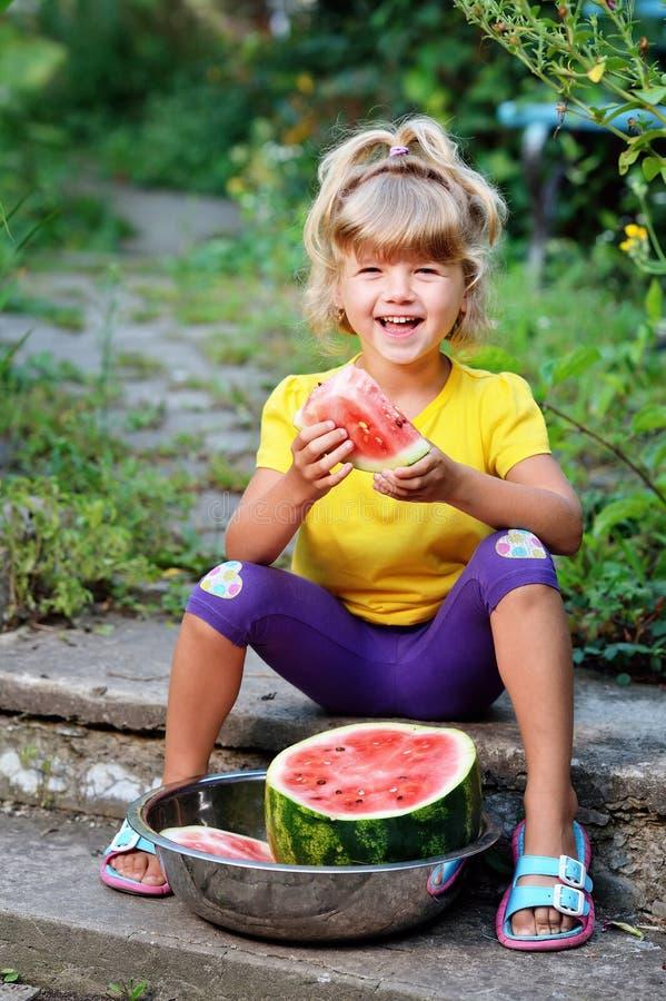 Mała dziewczynka w żółtej koszulce obrazy royalty free