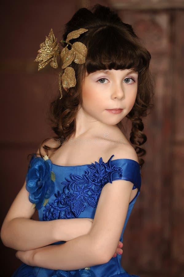 Mała dziewczynka w błękit sukni obrazy stock