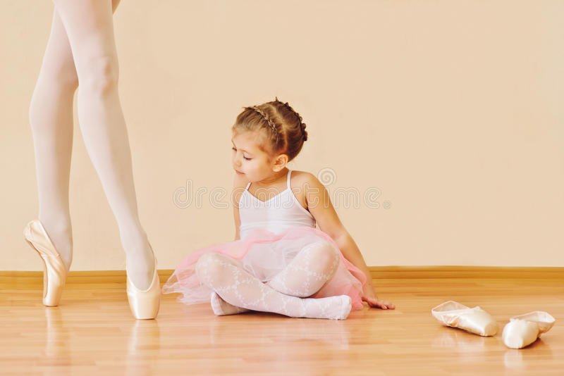 Mała dziewczynka w balet szkole obraz royalty free