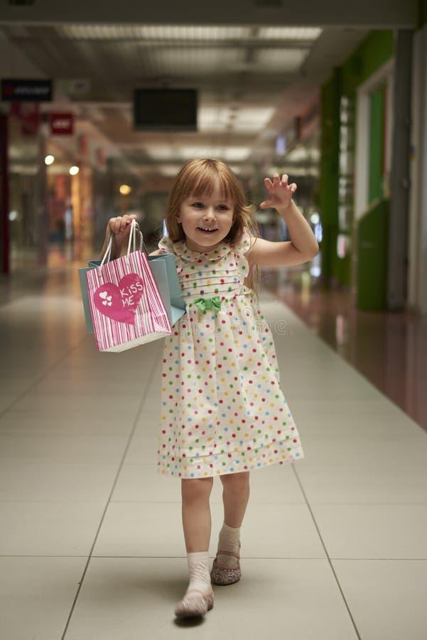 Mała dziewczynka w centrum handlowym zdjęcia stock