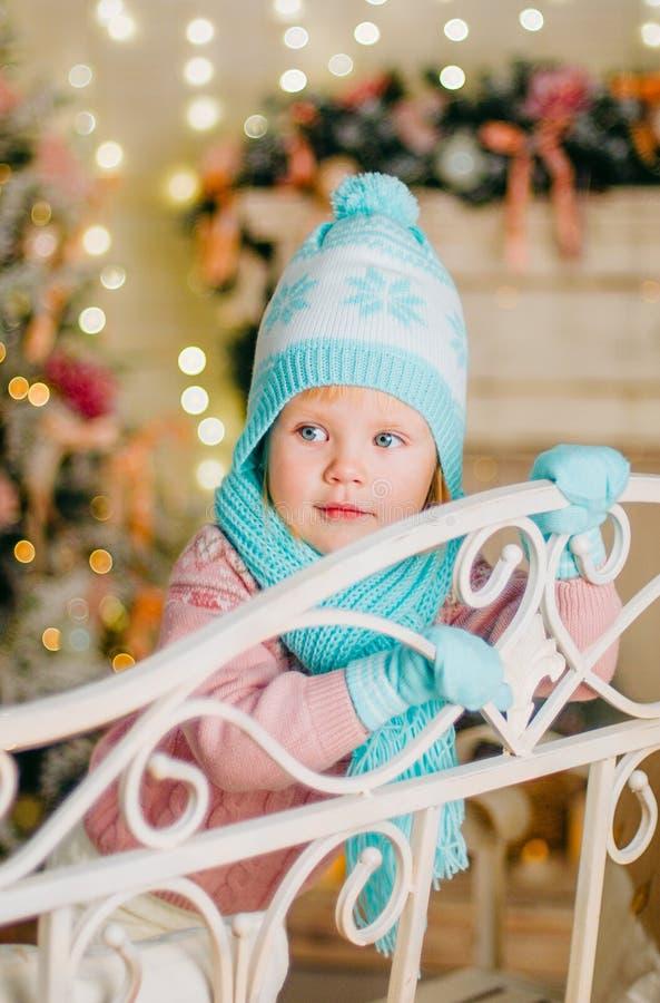 Mała dziewczynka w ciepłym trykotowym kapeluszu, mitynkach i szaliku, fotografia royalty free