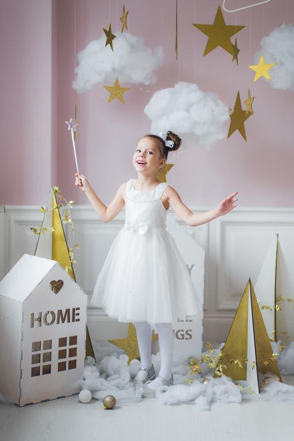 Mała dziewczynka w czarodziejskim kostiumu w czarodziejskiej dekoraci obraz stock