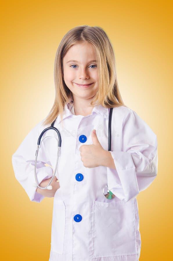 Mała dziewczynka w doktorskim kostiumu obrazy stock