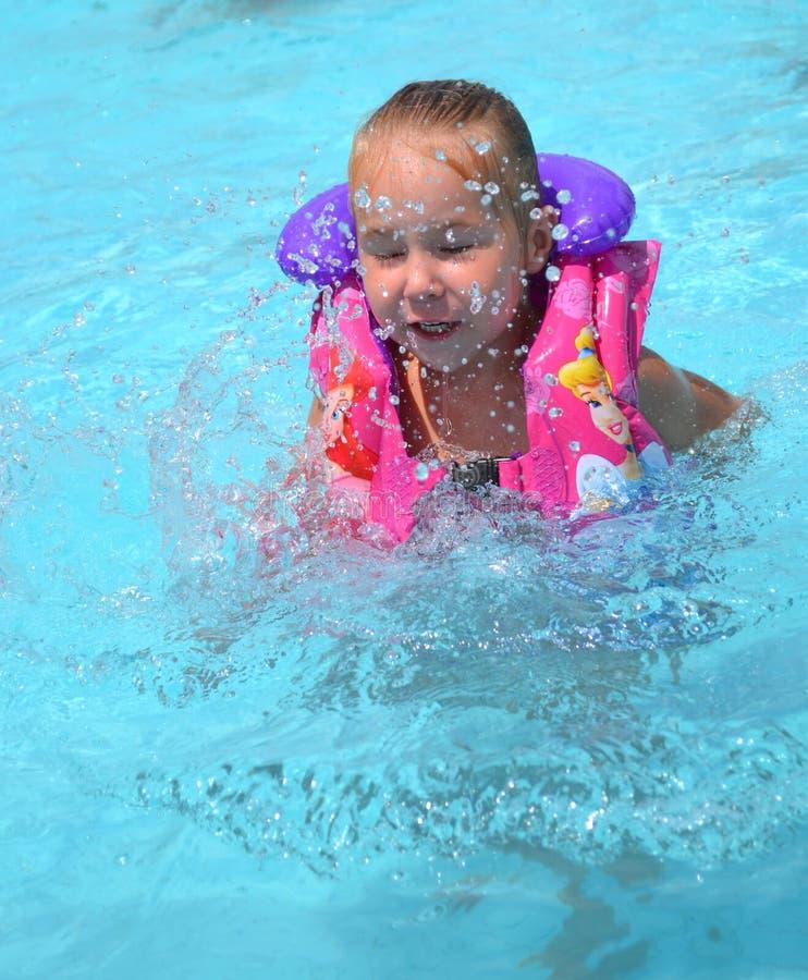 Mała dziewczynka w dopłynięcie basenie obrazy royalty free