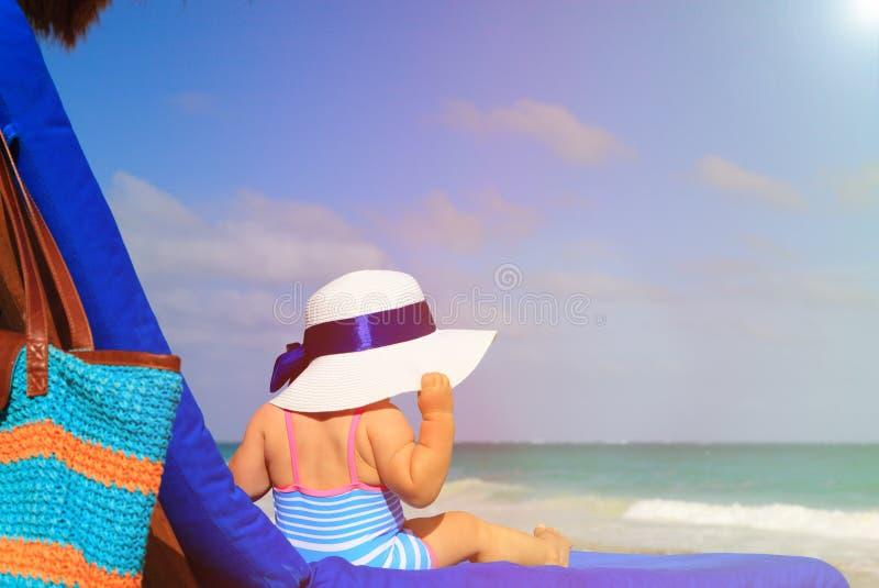 Download Mała Dziewczynka W Dużym Kapeluszu Na Lato Plaży Obraz Stock - Obraz złożonej z tyły, uroczy: 53792107