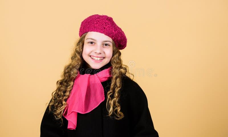 Mała dziewczynka w eleganckim żakiet czerwieni szaliku Jesieni moda szcz??liwego dzieci?stwa rozochocony dziecko w pozytywnym nas zdjęcia royalty free