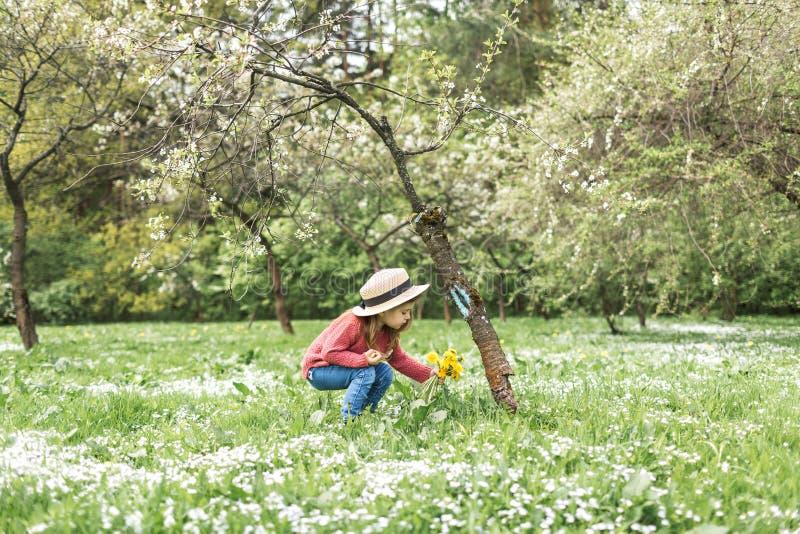 Mała dziewczynka w kapeluszowym odprowadzeniu obrazy stock