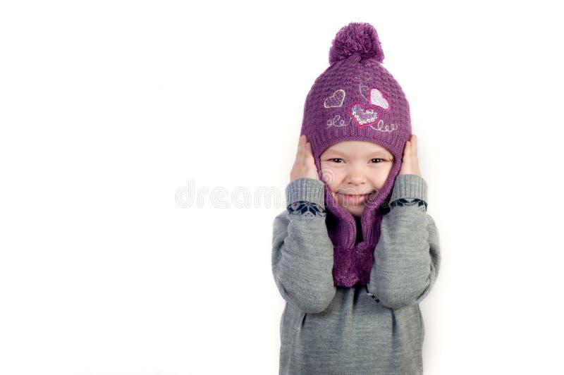 Mała dziewczynka w kapeluszu w zimie i odziewa obraz royalty free