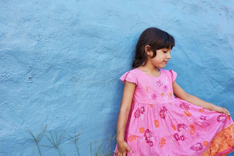 Mała dziewczynka w menchii pięknej sukni obrazy stock